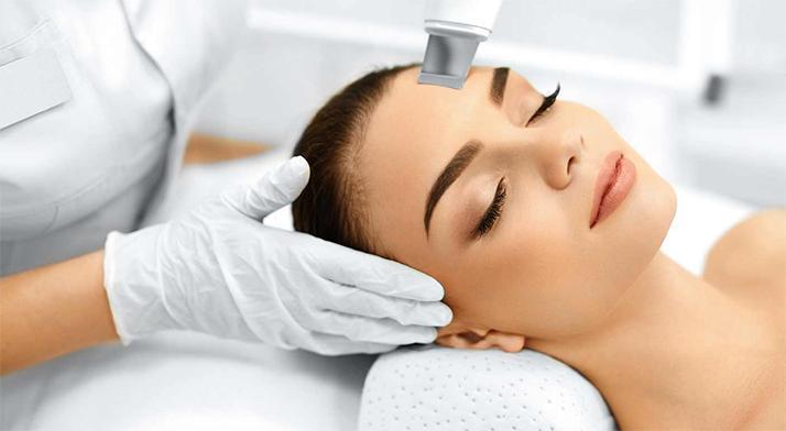 Čistenie pleti ultrazvukovou špachtľou a masáž tváre v salóne Perfect Body.